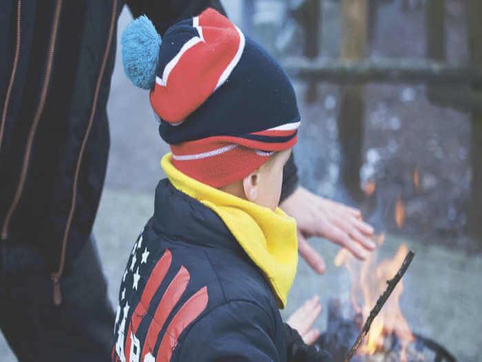 Ein Kind spielt mit Feuer
